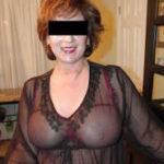 Annette (50) trägt eine durchsichtige Bluse