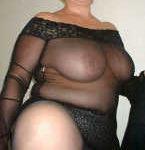 Diese Lady zeigt entspannt ihren Körper